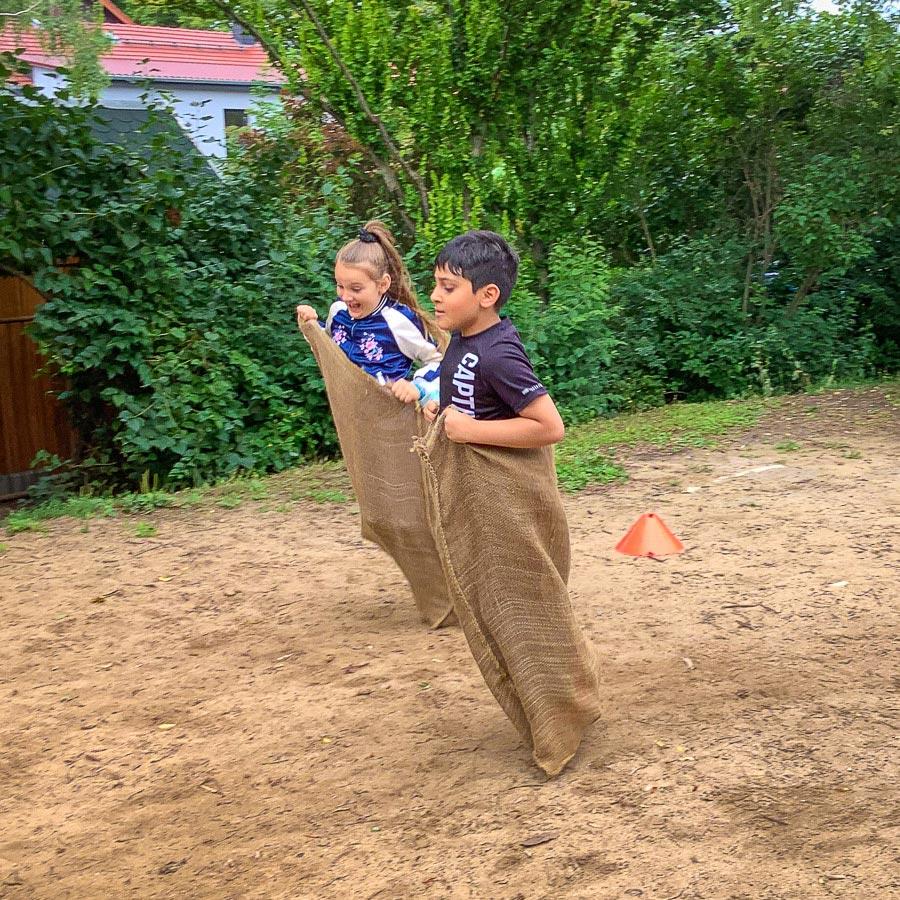 Sackhüpfen – Sport-Spiel-Spaß der Grundschule 34 Erfurt-Wiesenhügel
